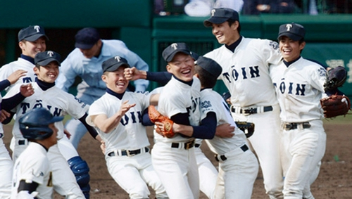 Đội bóng chày trường trung học Kosei Gakuin dành chiến thắng trong Giải thi đấu bóng chày các trường trung học toàn quốc năm 2011. Bóng chày là một trong những môn phổ biến nhất tại Nhật, và Giải thi đấu bóng chày trung học toàn quốc được xem như một trong những sự kiện quan trọng nhất trong năm tại các trường