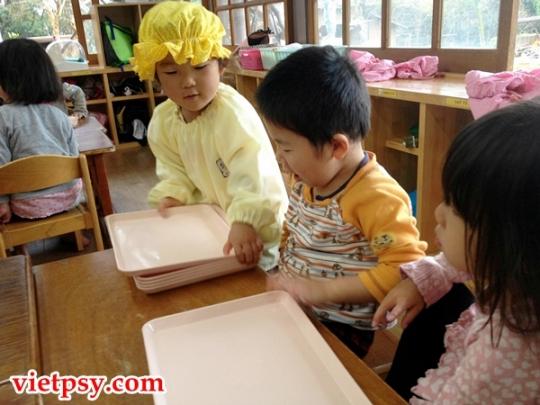 Trẻ em Nhật mặc đồng phục và phục vụ bữa ăn cho các bạn