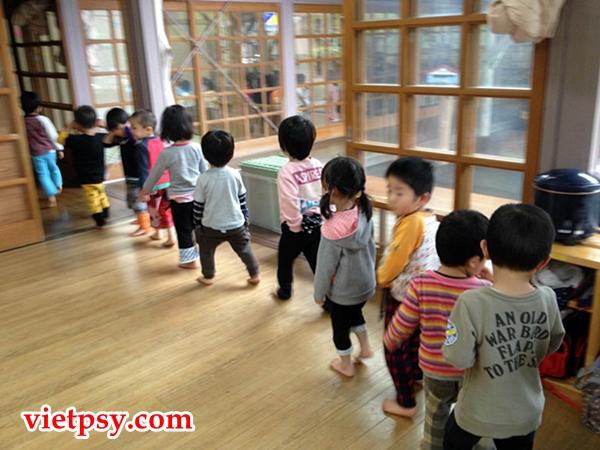 Trẻ em Nhật xếp hàng