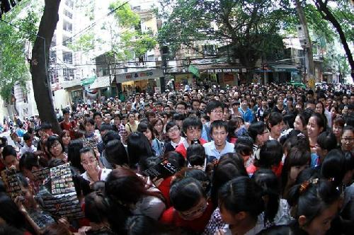 Hàng nghìn người xô đẩy và chen lấn cho suất ăn sushi miễn phí tại Hà Nội (Ảnh: Jenny, 28/10/13)