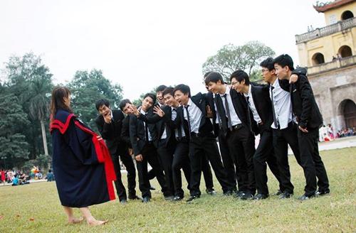 """""""Giả vờ khỏa thân"""" - Bức ảnh nằm trong loạt hình kỷ yếu chụp tại Hoàng thành đang gây tranh cãi của các bạn sinh viên"""