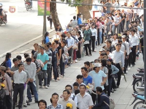 Cảnh xếp hàng của người dân khi đến viếng đại tướng Võ Nguyên Giáp (Ảnh: Kenh14)